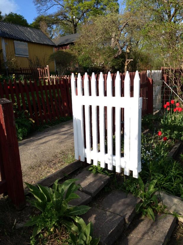 Axel fixade hela grinden från grunden, sågade plankor, skruvade ihop och målade på en halv dag. Jag är imponerad!!