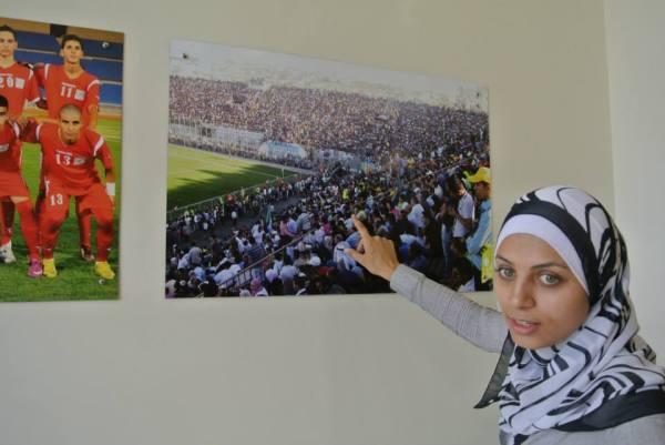 Ayyat visar bild från damlandslagets första hemmamatch.